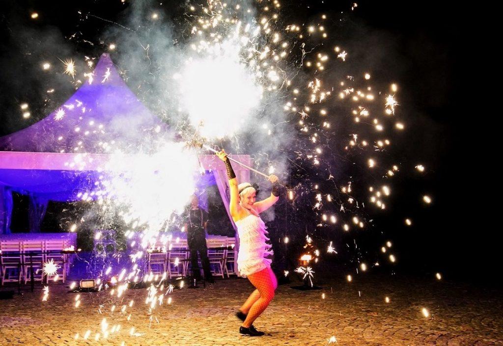 feuershow-feuerwerk-pyrotechnik-sabrina wolfram-roaring twenties-tanz-charleston-zwanziger jahre show-great gatsby-tanz-gesang-künstlerin-tänzerin-heidelberg