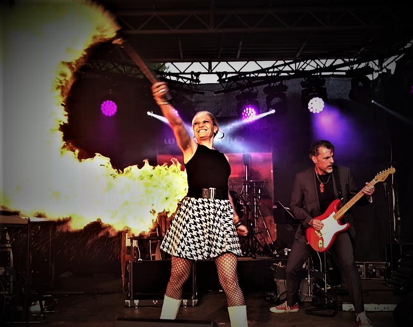 Livemusik und Feuershow-Sabrina Wolfram-Sängerin-Gunther Laudahn-Hombre loco-Band-Feuershow-Firmenevents-Livemusik-Sarah Brightman-Gitarrist