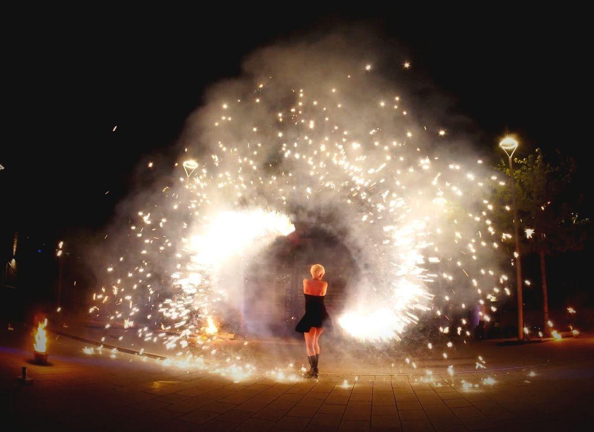 Firmenevents-Feuertanz-Pyrotechnik-Tänzerin-Sabrina Wolfram-Pyrotechniker-Feuershow-Lichtshow-Livemusik aus Heidelberg