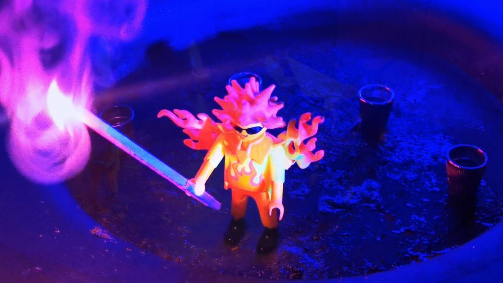 Feuershow-Corona-Edition-covid19-Sabrina-Wolfram-Künstlerin-Heidelberg-playmobil-kreativ-home-office-pyrotechniker-feuerartisten-buchen