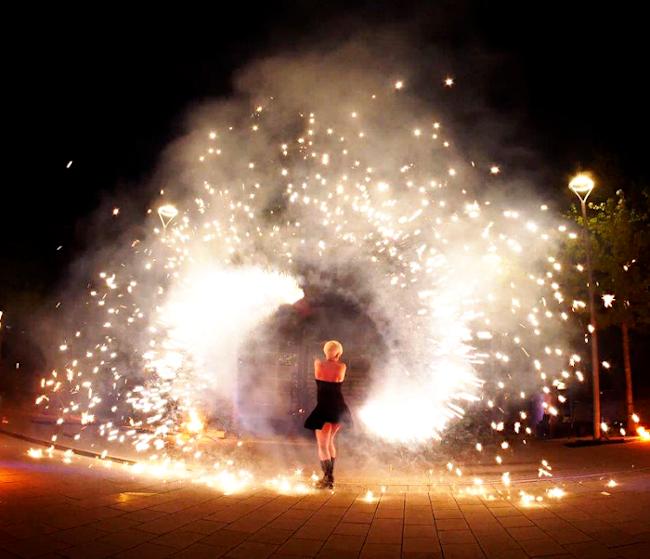 Weihnachtsfeier-Pyrotechnik-Feuershow-Firmenevents-Sabrina Wolfram-Künstler und Pyrotechniker buchen für Firmenfeier-Logo darstellen-Pyroshow-Künstler Heidelberg